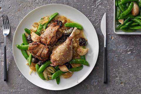 Przygotuj duszone nogi gęsi w sosie miodowo-cebulowym według przepisu Karola Okrasy. Szybki i prosty w wykonaniu zagwarantuje Ci przepis z Kuchni Lidla!