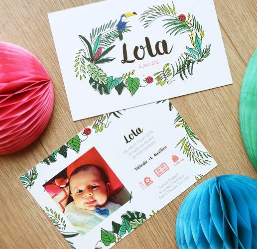 Faire-part tropical naissance original avec couronne de feuilles de palmiers, fleurs exotique - dessin à la main avec couleurs vives flamand rose et toucan