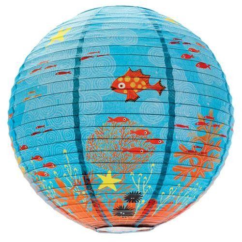 Τα ψαράκια κολυμπούν μέσα στο φωτιστικό της εταιρίας Djeco! Κατασκευασμένο από ριζόχαρτο με απαλά χρώματα. Δέχεται λάμπα 60W.Η συσκευασία δεν περιλαμβάνει λάμπα και ντουι.