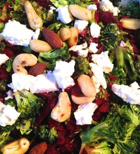 Nem og lækker vintersalat, der holder sig fint et par dage i køleskab. Salaten indeholder grove grøntsager, der mætter godt og fremmer fordøjelsen.