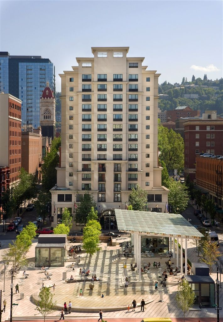 The Paramount Hotel in downtown (Portland, Oregon) is close to my favorite Grilled Cheese Grill food truck and across from Nordstrom Department Store. It also features Swank Restaurant and Swine Moonshine + Whiskey Bar.