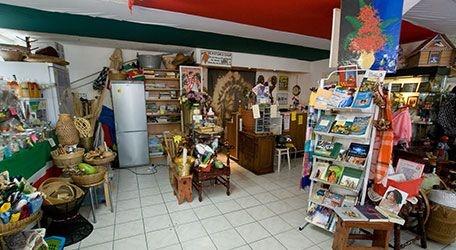 De Kotomisi Shop op de West-kruiskade is een waar bolwerk voor de    Surinaamse cultuur. Het is bij uitstek de winkel voor traditionele Surinaamse producten, cultuur gerelateerde artikelen, geneeskrachtige toebehoren,    traditionele kleding, kunstnijverheid en nog veel meer.