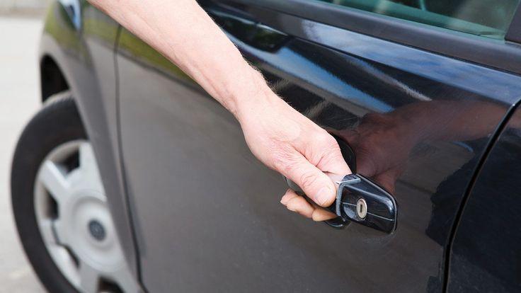 Γιατί πρέπει να ανοίγεις την πόρτα του οδηγού με το δεξί χέρι