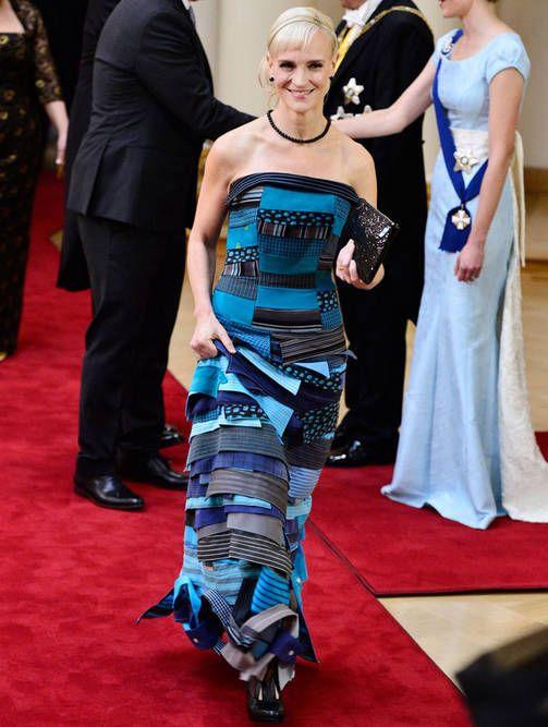 Toimittaja Laura Saarikosken puvussa on käytetty vanhoja kauluspaitoja ja kravatteja.