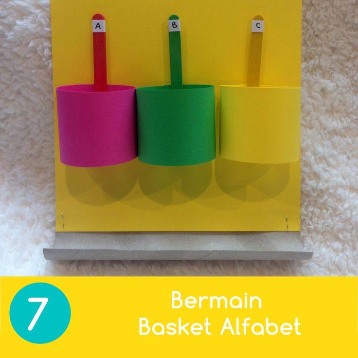 Bermain Basket Alfabet   1. Gunakan keranjang yang Anda buat tadi sebagai ring basket. Susun tiga keranjang dengan huruf yang berbeda bersebelahan, tempelkan pada selembar karton. 2. Tambahkan potongan gulungan tissue dapur di bawahnya (untuk menampung bola) 3. Ajak anak untuk meremas kertas/tissue dan minta ia untuk melemparkannya ke keranjang dengan huruf yang Anda sebutkan.
