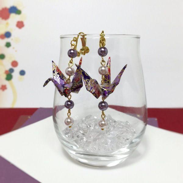友禅和紙を使った折り鶴イヤリングです。装飾にパールビーズのみを使い、折り鶴に存在感を持たせました。シンプルなデザインですが、華やかなイヤリングです。大人な色合いの紫の折り鶴と、かわいらしいピンクの折り鶴の二色あります。●カラー:紫●サイズ:(イヤリング根元より)約6cm●素材:友禅和紙、ピアス金具、パールビーズ●注意事項:金属アレルギー、メッキ加工レジン加工がお肌に合わない方のご購入はお控えください。また、過度の水濡れ、強い衝撃は破損の原因となりますのでご注意ください。一枚の紙を裁断加工しているため、同じ柄の折り鶴はありません、左右で若干異なります。●作家名:tsumugi#折り紙 #折り鶴 #アクセサリー #可愛らしい #折り紙ピアス #折り紙イヤリング #防水加工 #友禅和紙 #耳元で揺れる #個性的 #和柄 #和装 #着物 #浴衣 #女性 #上品 #日本伝統 #軽い #大人かわいい #おしゃれ #和風 #UVレジン加工 #おりがみ #折り紙クラフト #お正月 #卒業式 #成人式 #折り紙レジンアクセサリー #和洋折衷 #日本のお土産 #折り紙アクセサリー #日本情緒…