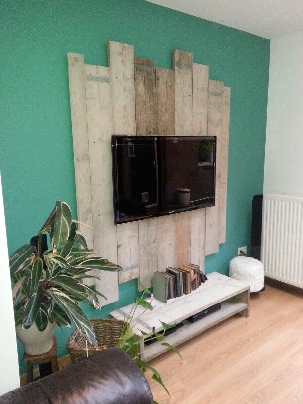 Tv on palletwood, green wall, wood in livingroom, antique books, palletwood