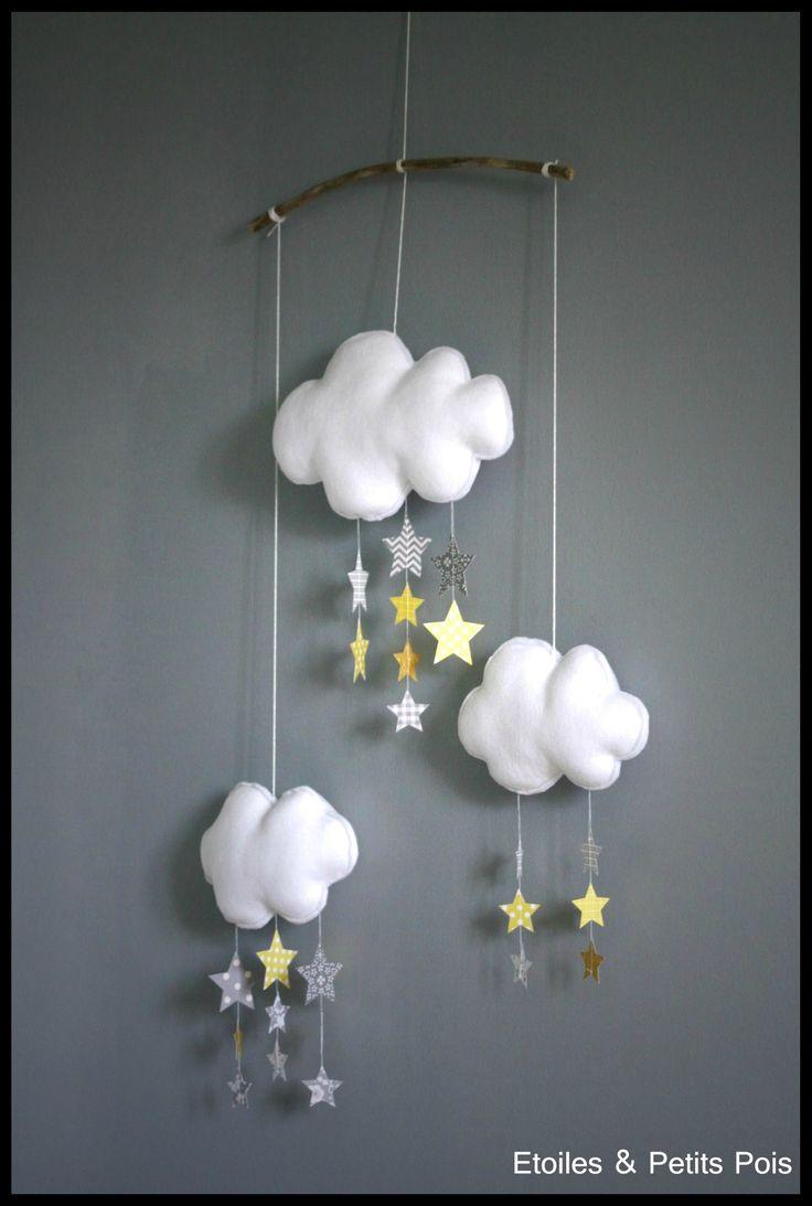 Mobile décoratif nuage etoiles moutarde jaune et gris. By Etoiles et Petits Pois