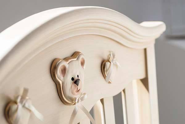 Art Decò, la vernice bianca del lettino viene ultimata e rifinita a mano con un particolare trattamento che lo rende anticato, proprio come si faceva una volta.....i colori usati sono atossici. La decorazione in ceramica è realizzata a mano ed ogni decoro è un pezzo unico che nasce dalle mani del ceramista #AzzurraDesign #MadeInItaly