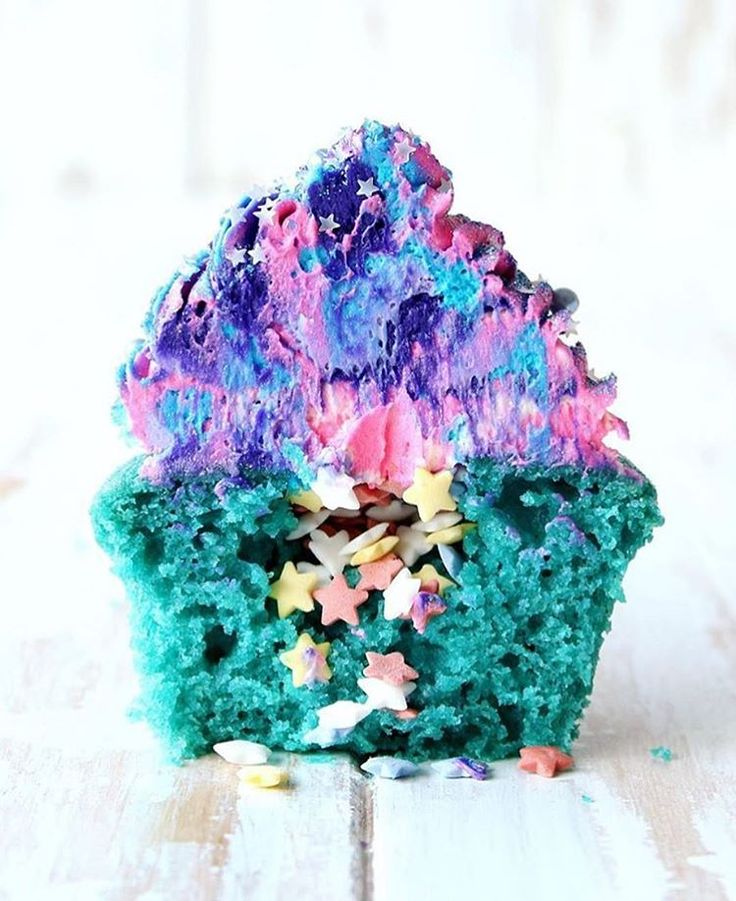 It's #moonday (?) so here is a cupcake that reminds us of the Galaxy. // #buzzfeast (: @thescranline)