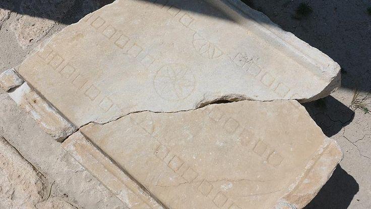 """Buldan ilçesindeki Tripolis Antik Kenti'nde devam eden kazılarda, tavlanın erken versiyonu olan Roma döneminin popüler oyunu """"Ludus duodecim sctiptorum""""a ait birçok buluntuya ulaşıldı. Pamukkale Üniversitesi (PAÜ) Arkeoloji Bölümü öğretim üyesi ve Tripolis Antik Kenti Kazı Başkanı Doç. Dr.   #Buldan #Doç. Dr. Bahadır Duman #kazı #Ludus duodecim sctiptorum #roma #tavla #Tripolis Antik Kenti"""