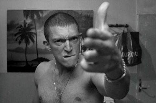 La Haine est un film français en noir et blanc sur la banlieue réalisé par Mathieu Kassovitz et sorti en 1995.  Ce film est inspiré de l'affaire Makomé M'Bowolé, zaïrois de 17 ans tué d'une balle dans la tête par un policier lors de sa garde à vue dans le 18e arrondissement de Paris en 1993.  Festival de Cannes 1995 : prix de la mise en scène  César du meilleur film.  La haine.  https://www.youtube.com/watch?v=ENWeBtvAU90