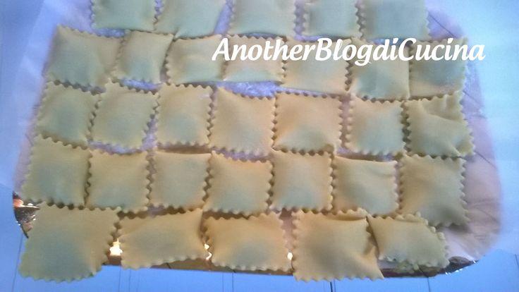 I Ravioli di ricotta e spinaci fatti in casa, sono un primo piatto gustoso, goloso e genuino ed inoltre facile da preparare con l'utilizzo di pochi ingredienti.  Questa è la  ricetta  base per i ravioli che potete cuocere e condire a vostro piacimento!  Spero che questa ricetta sia di vostro gradimento!!! 😉 🙂  http://blog.giallozafferano.it/anotherblogdicucina/ravioli-di-ricotta-e-spinaci-fatti-in-casa/