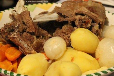 Uno dei piatti più noti della tradizione culinaria sarda e in particolare del mondo agro pastorale è la Pecora in Cappotto o Berbeche in cappotto.