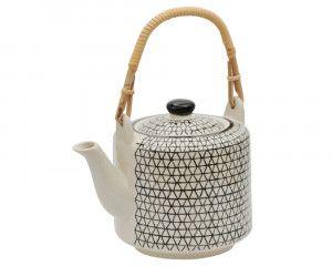 Manchmal muss es einfach eine ganze Kanne Tee sein. Grade jetzt in der kalten Jahreszeit kuschelt man sich gerne mit einer Tasse Tee in eine warme Decke ein. Besonders stilvoll genießt Du Deinen Tee aus der handbedruckten Teekanne Klara aus Keramik von Tranquillo. Ihr schwarz weißes Muster versprüht nostalgischen Retro-Charme und hilft Dir garantiert, den Alltag kurz zu vergessen und abzuschalten.
