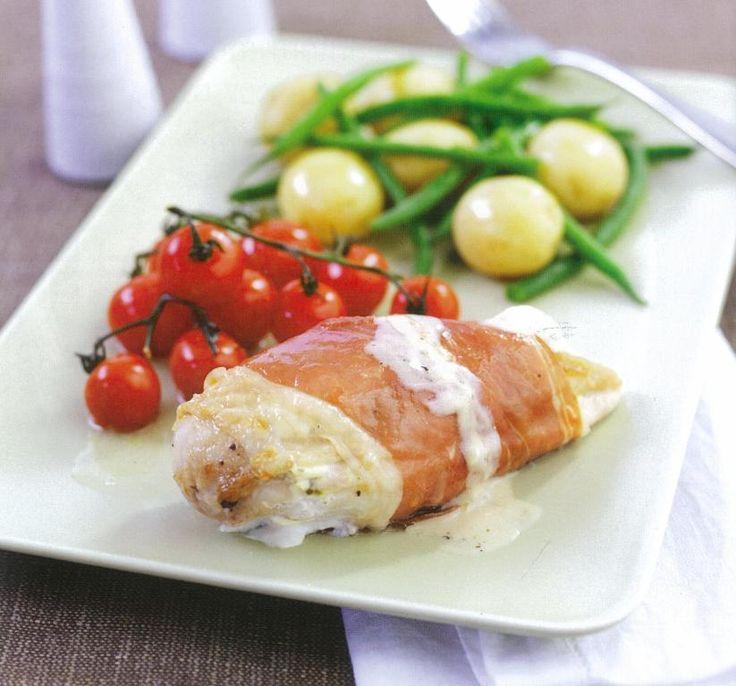 Um prato de carne delicioso. O queijo-creme é introduzido sob a pele do frango. Esta ficará crocante depois de assada