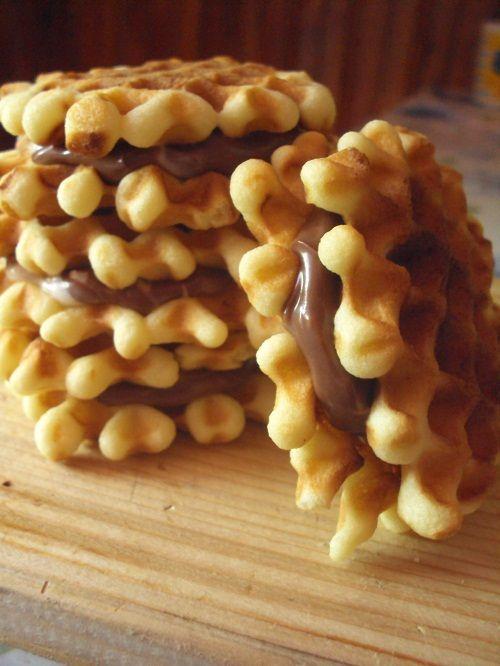Cand am cumparat formele pentru nuci umplute  am cumparat si forme pentru faguri (eu cu numele de galete le-am cunoscut cand eram mica). ...