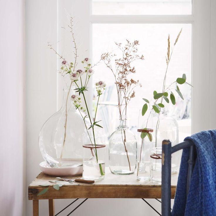 Je interieur opfrissen kan zo simpel zijn! Zet een mooie, glazen vaas neer en combineer deze met siertakken of een bos kleurrijke bloemen. Met de accessoires van vtwonen  maak je van jouw woon- of slaapkamer echt jouw eigen plekje.