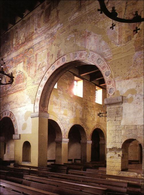 Arquitectura asturiana. Arco de separación del transepto y la nave central. Iglesia de Santullano.
