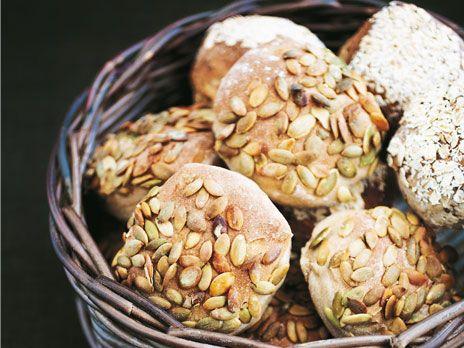 De här finfina morgonfrallorna mättar bra. För att få variation kan du smaksätta dem med olika sorters frukt, färsk eller torkad. Bröden är perfekta att förbereda dagen före och låta jäsa i kylen över natten. Då kan du ha nybakade frallor även en alldeles vanlig vardagsmorgon. Vill du inte göra frallor kan du givetvis forma degen till avlånga bröd. Receptet räcker till 15 frallor.