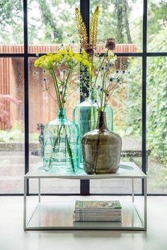 HKliving industrieel vintage Scandinavisch kleur decoratie woonaccessoires woonkamer interieur wit zwart hout - #homecenterlente Zo mooi, grote vazen van gekleurd glas, kleur en lente in huis!