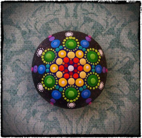 Sueños de caer Mandala pintado piedra arco iris por ElspethMcLean