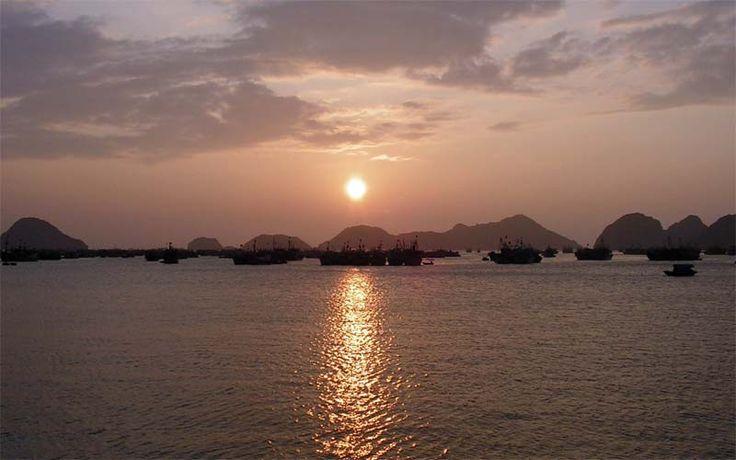 Zonsondergang in de Halong Bay in Noord-Vietnam. Ultiem genieten tijdens uw cruise per luxe jonker of traditionele vissersboot.