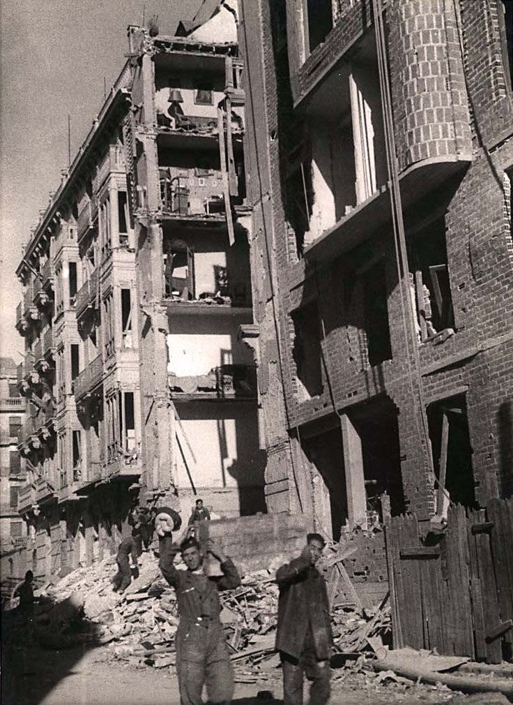 Calle Altamirano, Madrid - Portal Fuenterrebollo. Maria's Madrid was one of bomb damaged buildings and the search for food.
