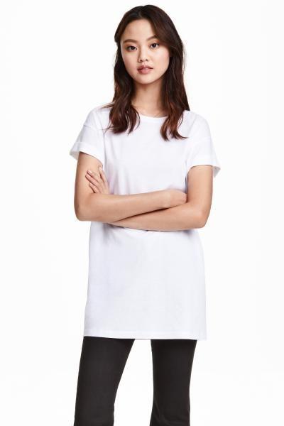 Długi T-shirt: Długi dżersejowy T-shirt z przyszytymi podwinięciami rękawów.