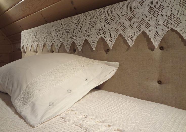 Кровать из льна с кружевом на изголовье
