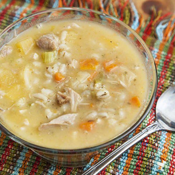 Coupez la carotte, les branches de céleri, l'oignon et le navet en dés. Amenez le bouillon de dinde à ébullition et ajoutez les légumes, l'orge et les feuilles de laurier. Assaisonnez...