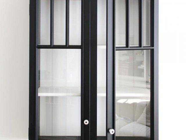 Vitrinskåp i exklusiv kvalitet i svart/vitt. Designat av jean&wallich copenhagen og tillverkad på snickeri Frankrike. Mycket vackert och exklusiv desig...