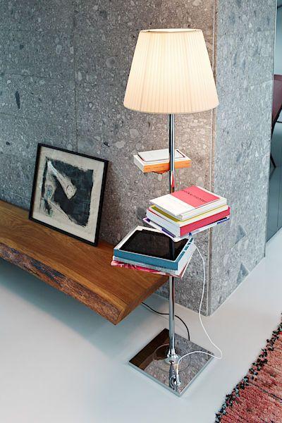 Lampa s poličkami na knihy