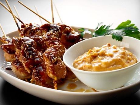Sesamkryddad kyckling på spett med jordnötssås (kock recept.nu)