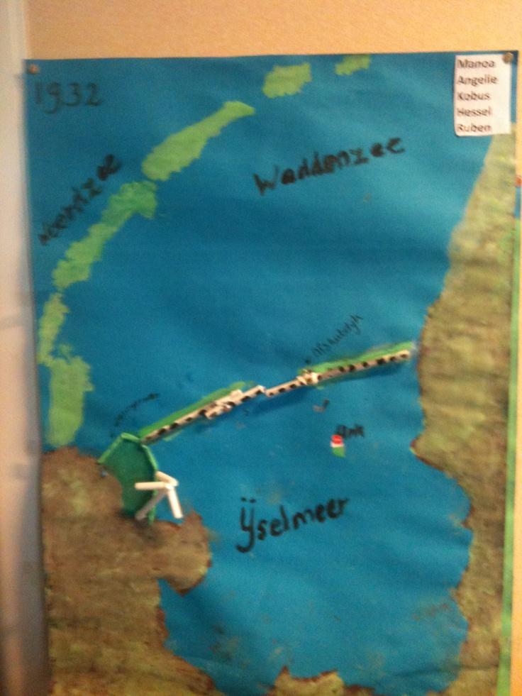 1932 Zuiderzee afgesloten.Urk is nog een eiland. De kinderen wonen op Urk en zagen hun woonplaats als een eiland in het IJselmeer liggen. Albertine van Slooten.