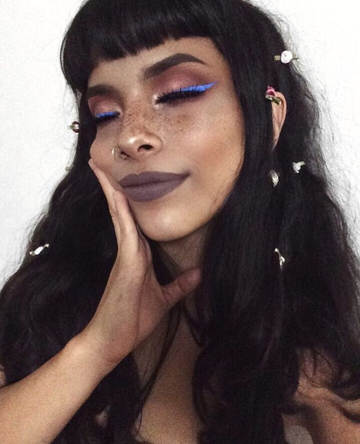 Beaut make up with simple nose piercing! Love nose rings from www.throwbackannie.com discount code: PINTEREST ! Lush glitter eyeliner goals with beaut girl with freckles and cute piercing ideas!