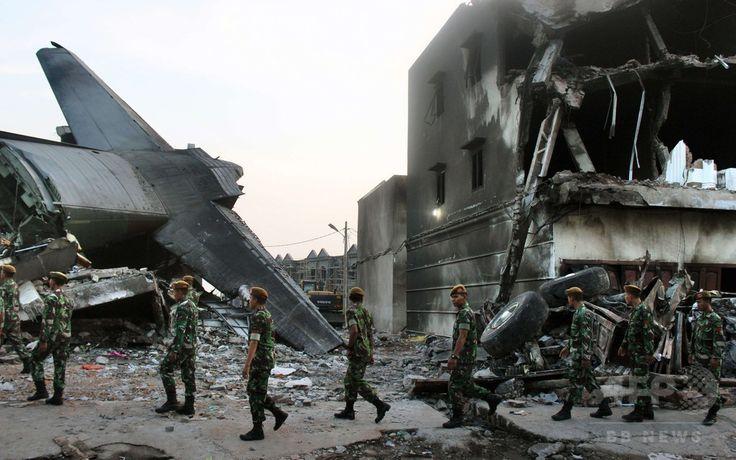 インドネシア・スマトラ島メダンで、空軍輸送機が墜落・炎上した現場で作業にあたる兵士ら(2015年7月1日撮影)。(c)AFP/ATAR ▼1Jul2015AFP|インドネシア軍機墜落、死者141人に http://www.afpbb.com/articles/-/3053313