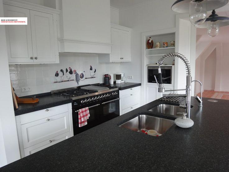 Kitchen and kitchen island in classical stule. Nice contrast black and white. Granite top. Mooie zwart witte keuken in landelijk klassieke stijl door www.myhouse-amsterdam.nl