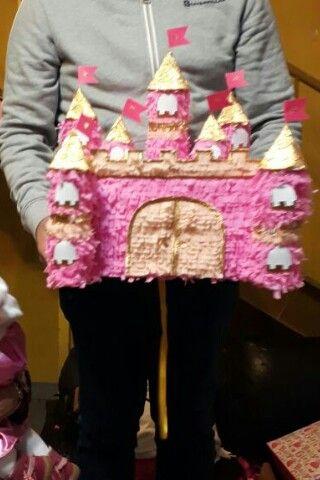 Piñata castillo hecho de  caja de cartón y cono de carton reciclado