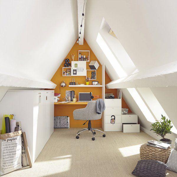 Un bureau sous les toits avec un joli mur peint en jaune moutarde pour travailler de chez soi - Leroy Merlin