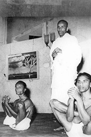 1943: Pattabhi Jois teaching Ashtanga / Vinyasa Yoga, India ...... #vintageyoga #yogahistory #ashtanga #ashtangayoga #yoga #yogainspiration #1940s