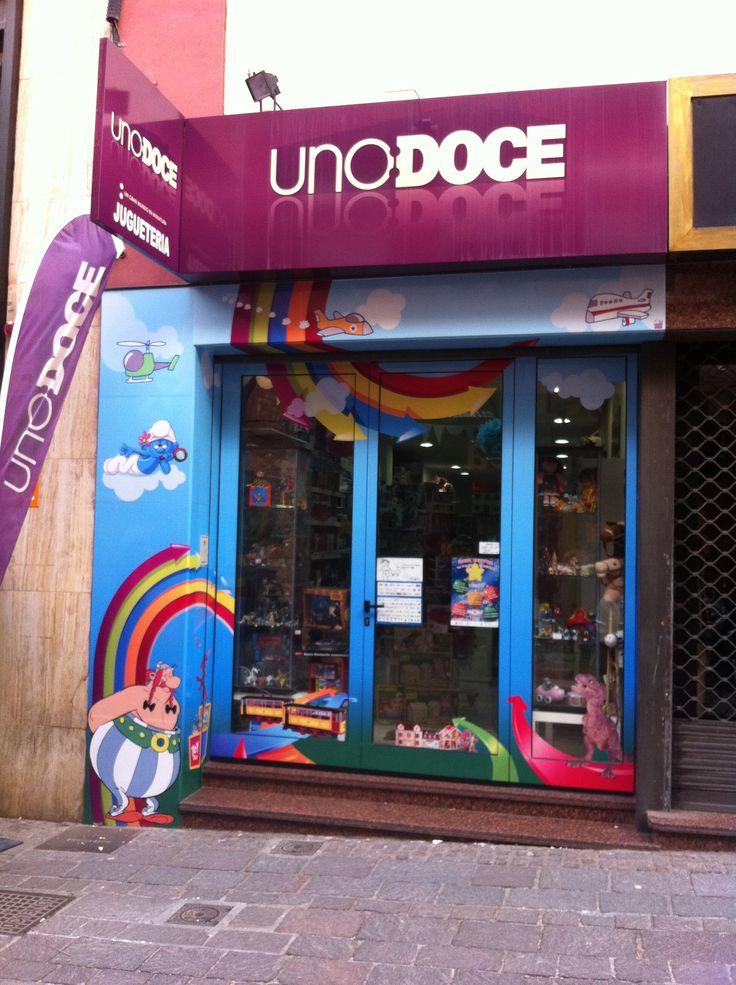 La nueva decoración de la fachada de la juguetería UNO:DOCE