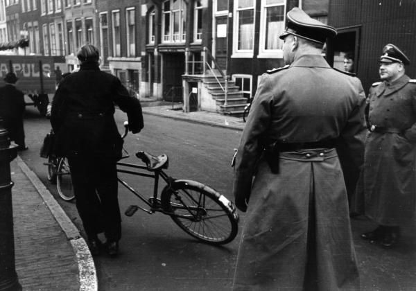 Furniture and household effects left behind by Jews in their homes in Amsterdam were frequently removed by N.S.B. member Abraham Puls's removal firm; an activity that became popularly knows as 'Pulsing'