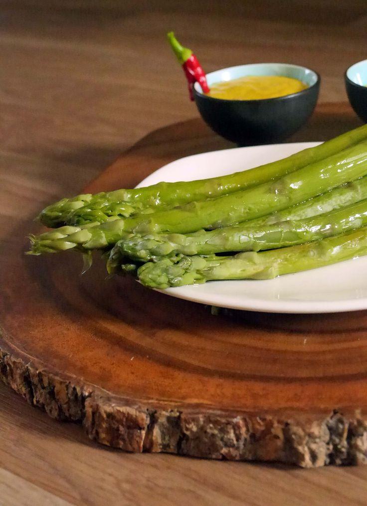 Indiase hollandaise saus met groene asperges, een heerlijke twist op de traditie