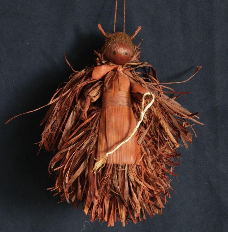 Velký čert z kukuřičného šustí Figurka čerta vyrobená z barveného kukuřičného šustí. Dekorační figurka je určena k zavěšení. Výška figurky cca 23 cm Cena je za 1 ks