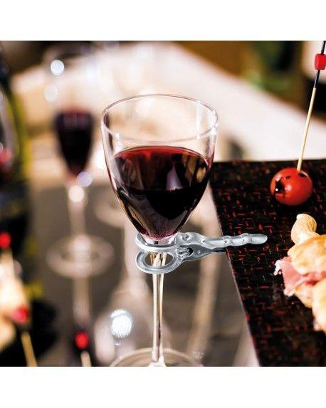 Per fissare il tuo calice di vino direttamente al piattino. Quante volte ti è successo di trovarti ad un aperitivo o ad un buffet in piedi ed essere impacciato per via delle mani impegnate con piattini e bicchieri? Questa clip risolverà il problema; attacca con un clip calice e piattino et voilà!