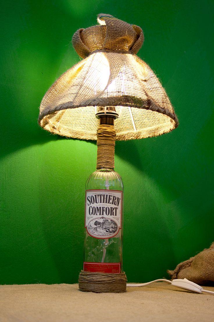 Lampada realizzata con bottiglia di vetro e paralume in juta