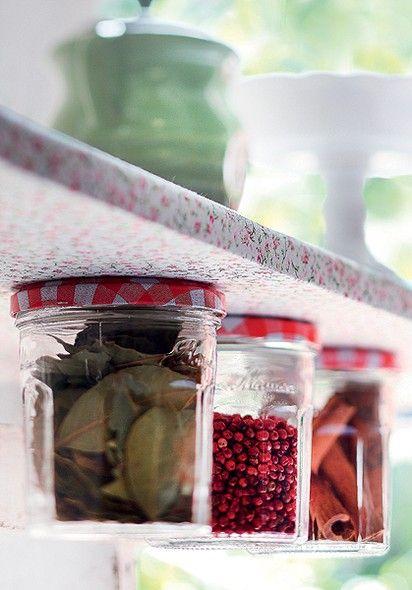 Utensílios em cima, condimentos embaixo: com vidros de geleia e algumas marteladas, você dobra o espaço disponível na sua prateleira. Basta prender as tampas dos potes com pregos (dois em cada uma, para elas não girarem em falso)