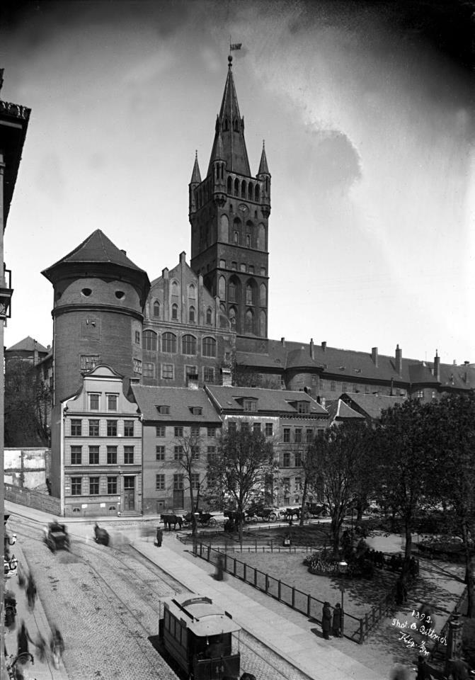Кёнигсбергский замок (нем. Königsberger Schloß) — замок Тевтонского ордена в Кёнигсберге (Калининград), называемый также Королевским замком. Заложен в 1255 году чешским королём Оттокаром II Пржемыслом и просуществовал до 1968 года. Наряду с Кафедральным собором являлся важнейшей и древнейшей достопримечательностью города.