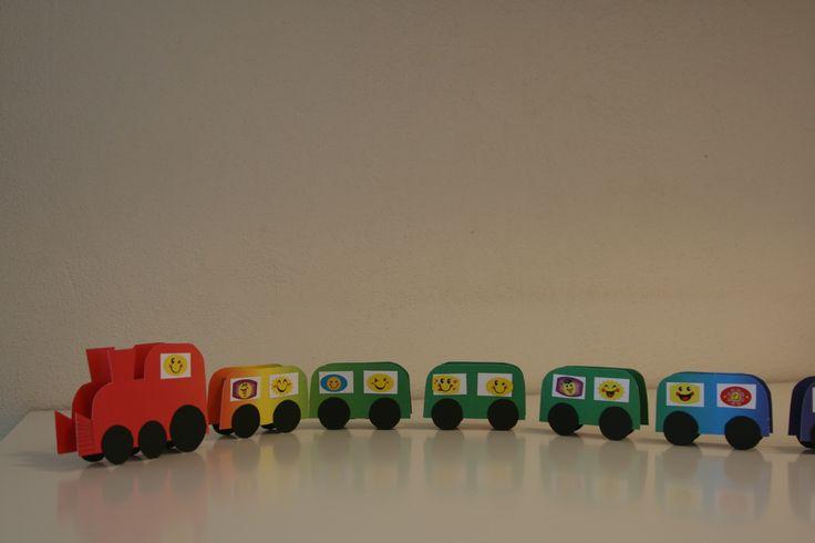 Een rozijntjes trein! In elk wagonnetje zit een doosje rozijntjes. Gemaakt van karton.